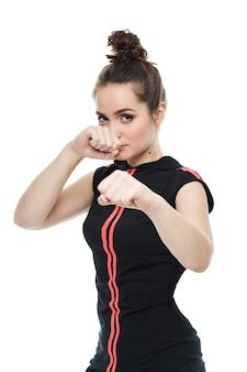 Mulher de aptidão no estilo de esporte em pé contra um fundo branco. isolado