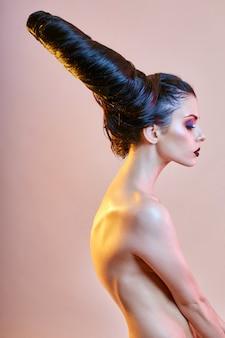 Mulher de arte nua com cabelo em forma de chifres