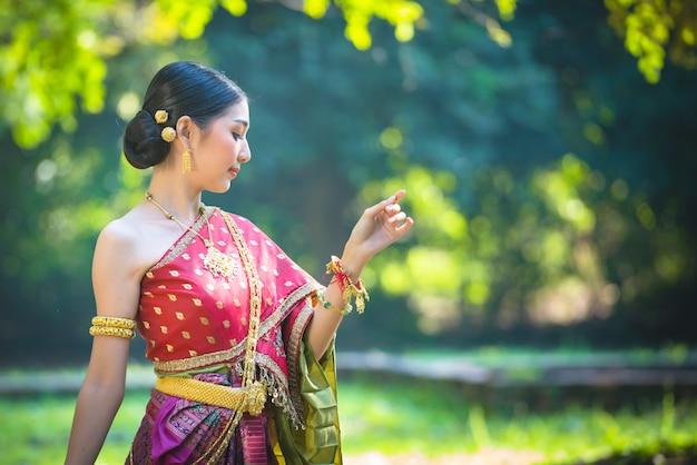 Mulher de ásia no vestido tailandês tradicional-noppamas queen contest em loy kratong