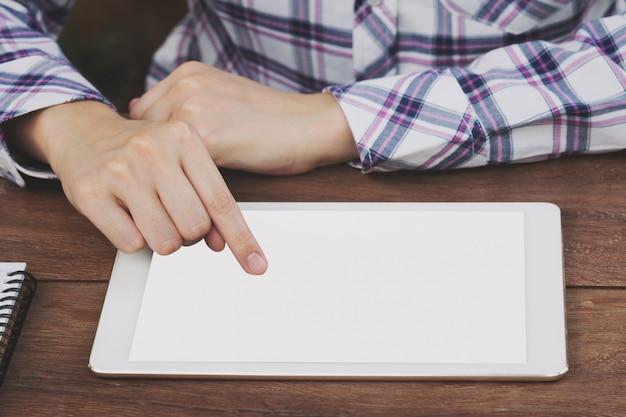 Mulher de ásia usando tablet na mesa de café