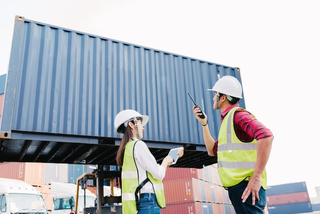 Mulher de assessor de capataz asiáticos verificar caixa de contêiner para logística