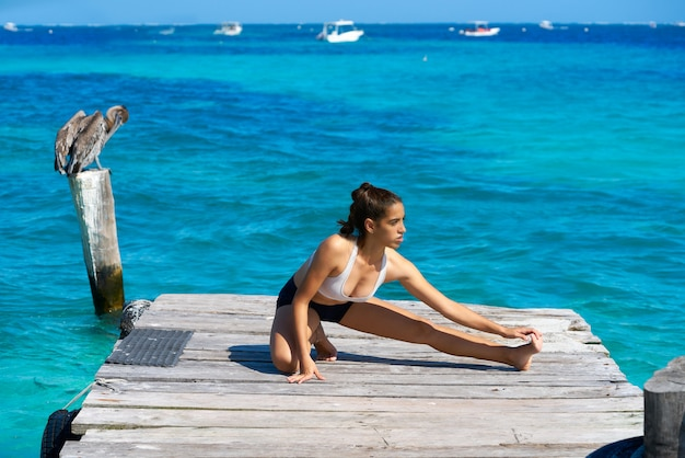 Mulher de atleta latino alongamento no caribe