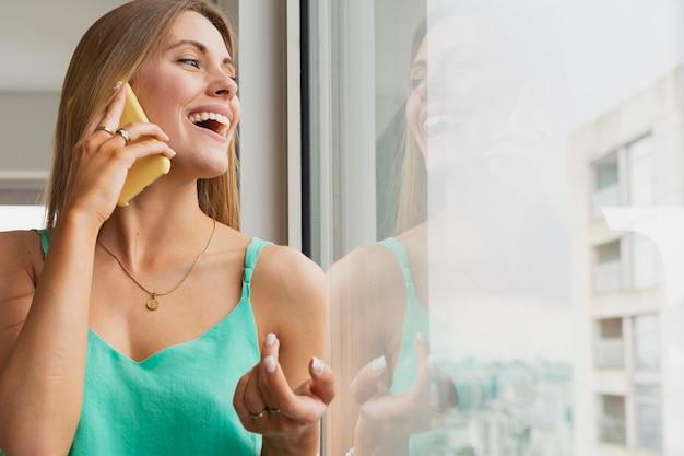 Mulher de baixo ângulo falando por telefone