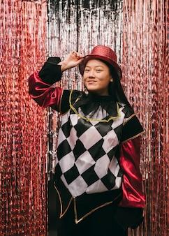 Mulher de baixo ângulo fantasiada em festa de carnaval