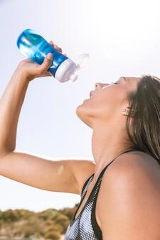 Mulher de baixo ângulo hidratante close-up