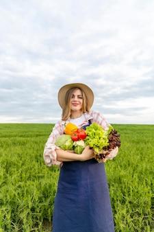 Mulher de baixo ângulo segurando legumes