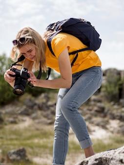 Mulher de baixo ângulo tirando fotos