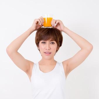 Mulher de beautifulyoung ásia com alimento saudável. isolado no fundo branco. iluminação de estúdio. conceito para saudável.