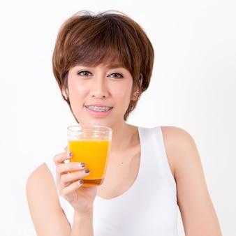 Mulher de beautifulyoung ásia com alimento saudável.