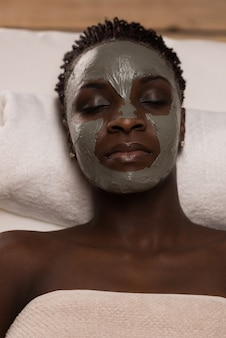 Mulher de beleza africana que recebe spa