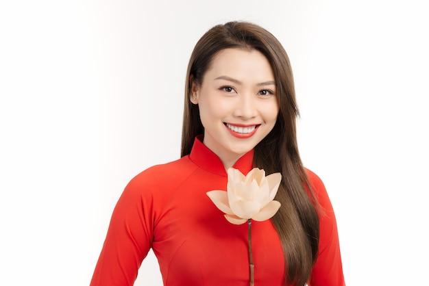 Mulher de beleza asiática. linda garota vietnamita feliz usando um vestido vermelho tradicional ao dai nacional