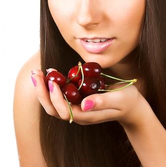 Mulher de beleza com cerejas
