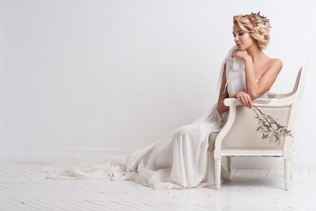 Mulher de beleza com maquiagem e penteado de casamento. moda noiva.