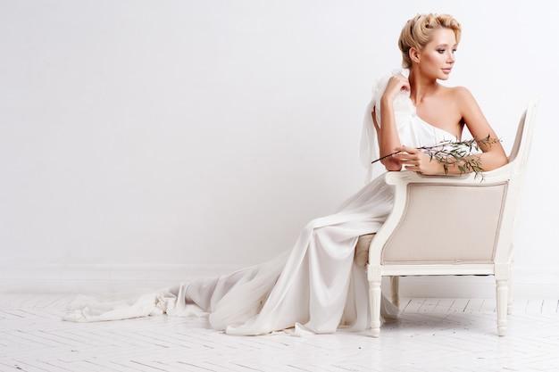 Mulher de beleza com maquiagem e penteado de casamento.