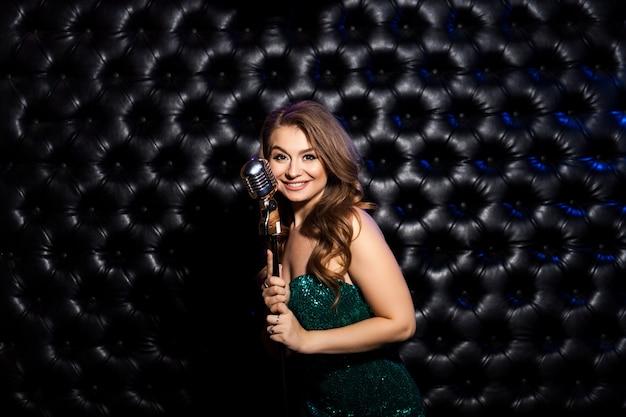 Mulher de beleza com microfone retrô