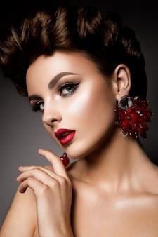 Mulher de beleza com olhos azuis e lábios vermelhos.