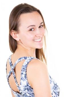 Mulher de beleza com sorriso branco na parede branca em casa