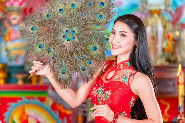 Mulher de beleza e mantenha sacolas de compras no ano novo chinês