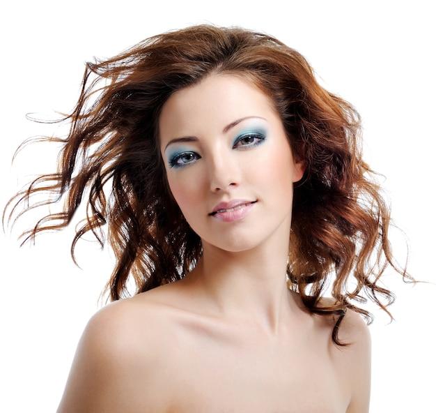 Mulher de beleza e sexualidade com cabelos esvoaçantes