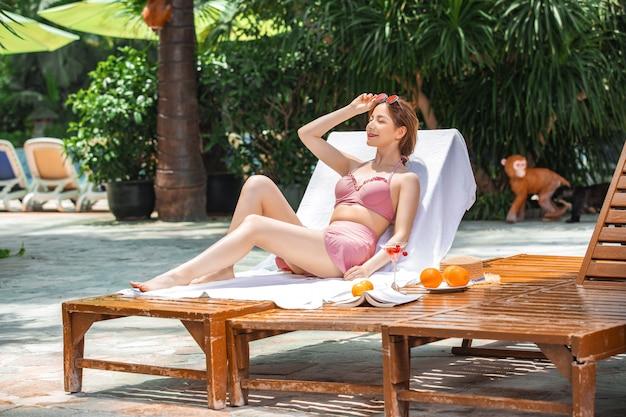 Mulher de beleza sexy biquíni tomando sol na praia