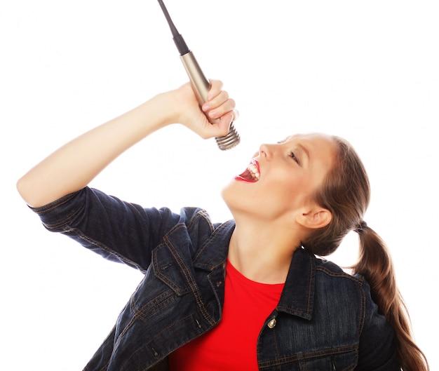 Mulher de beleza vestindo camiseta vermelha com microfone