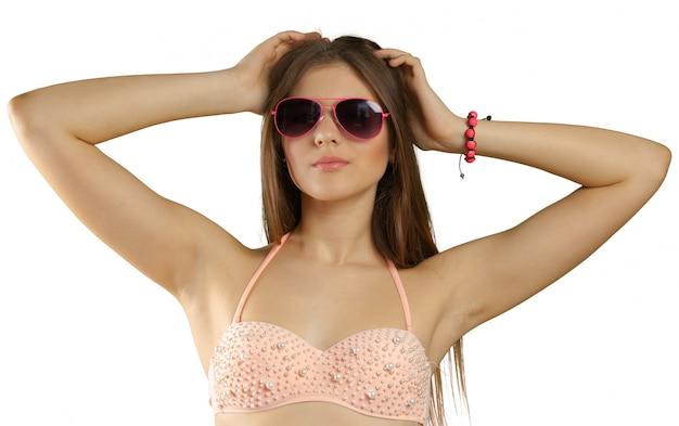 Mulher de biquíni e óculos de sol