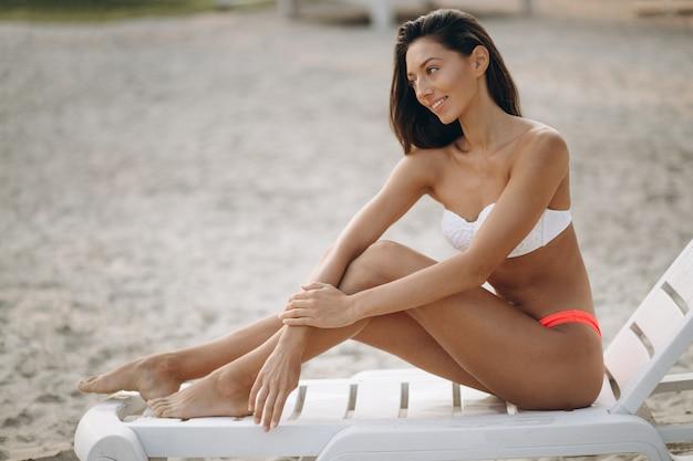 Mulher de biquíni em férias