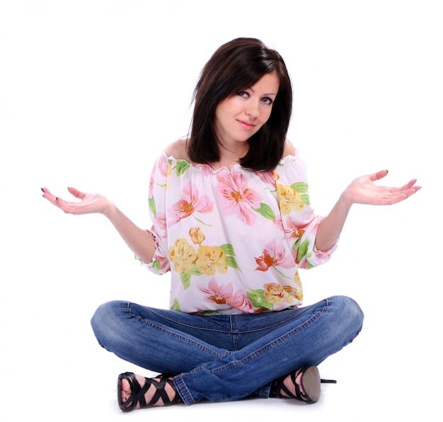 Mulher de blusa floral estilo primavera
