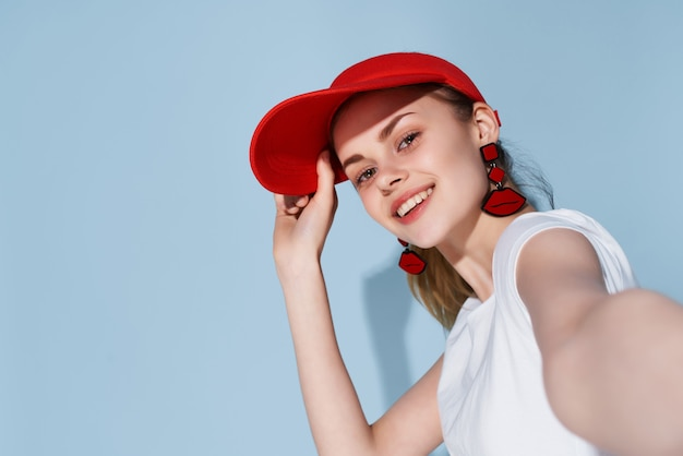Mulher de boné vermelho moda diversão roupas de verão posando. foto de alta qualidade