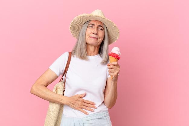 Mulher de cabelo branco de meia-idade com um sorvete. conceito de verão