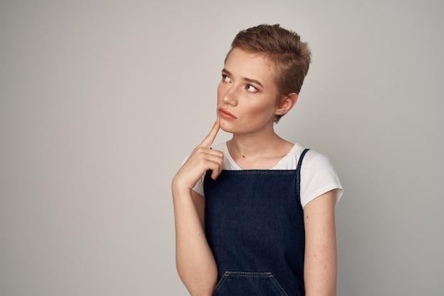 Mulher de cabelo curto em um fundo de moda vestido de verão
