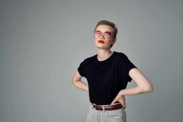 Mulher de cabelo curto gesto com a mão lábios vermelhos glamour isolado fundo