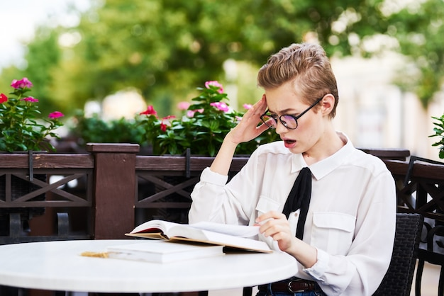 Mulher de cabelo curto lendo caminhada na comunicação ao ar livre