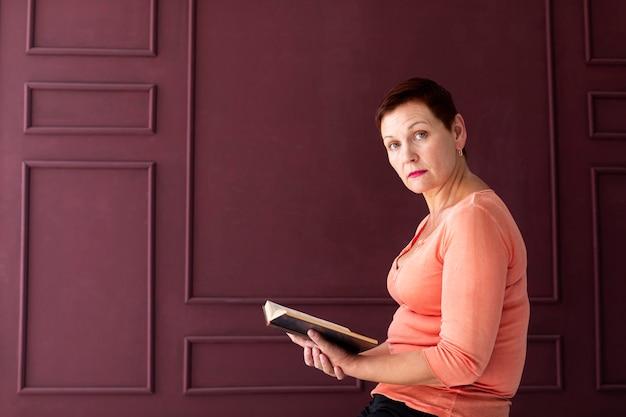 Mulher de cabelo curto, segurando uma revista