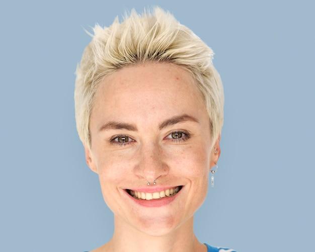 Mulher de cabelo curto sorrindo, retrato do rosto de perto