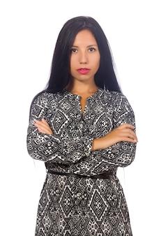 Mulher de cabelo preto em vestido longo cinza isolado no branco