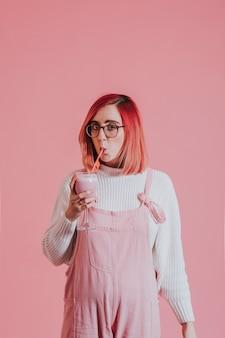 Mulher de cabelo rosa beber um smoothie