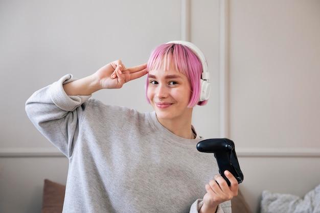 Mulher de cabelo rosa jogando videogame