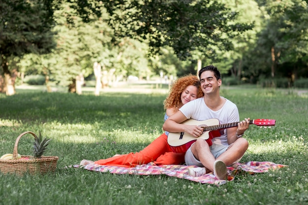 Mulher de cabelo vermelho bonito abraçando o namorado
