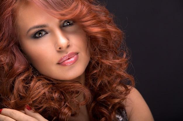 Mulher de cabelo vermelho lindo