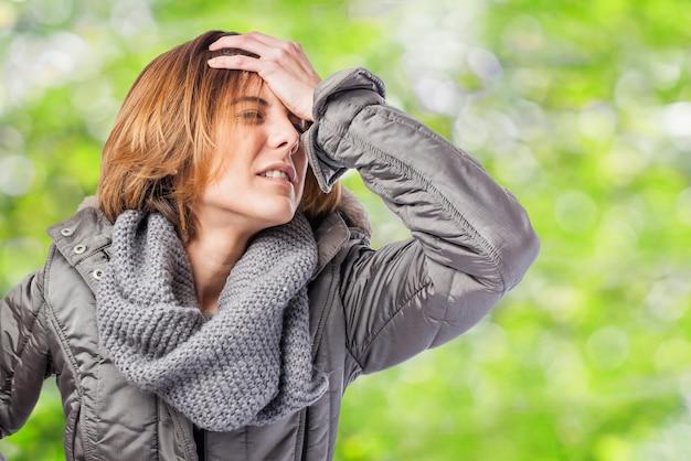 Mulher de cabelos curtos com dor de cabeça
