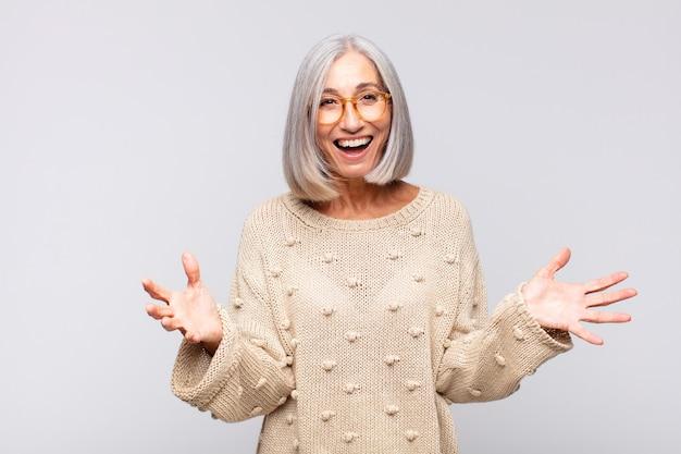 Mulher de cabelos grisalhos se sentindo feliz, atônita, sortuda e surpresa, gosta de dizer omg sério? inacreditável