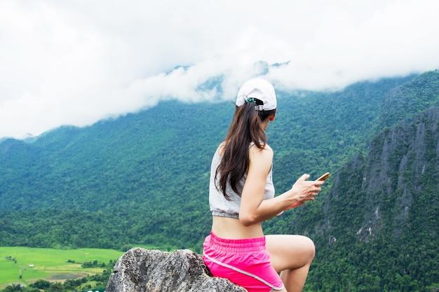 Mulher de caminhada traseira na montanha superior com opinião da natureza (vista superior de namxay em laos).