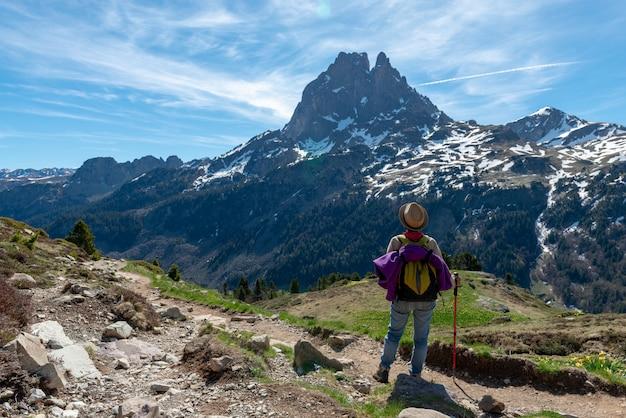 Mulher de caminhante andando nas montanhas dos pirenéus franceses