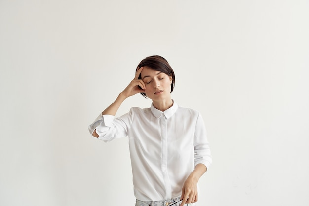 Mulher de camisa branca com óculos de autoconfiança isolado fundo