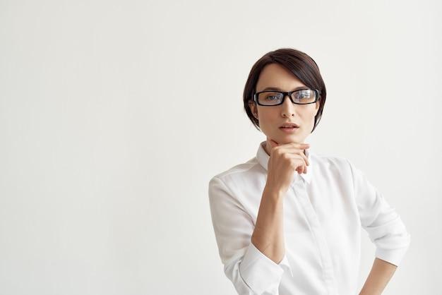 Mulher de camisa branca com óculos, escritório, estúdio executivo, estilo de vida