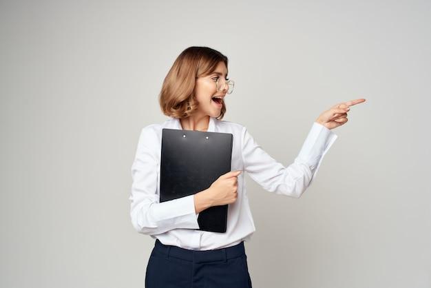 Mulher de camisa branca documenta sucesso oficial do escritório