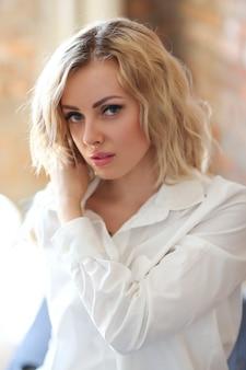 Mulher de camisa branca