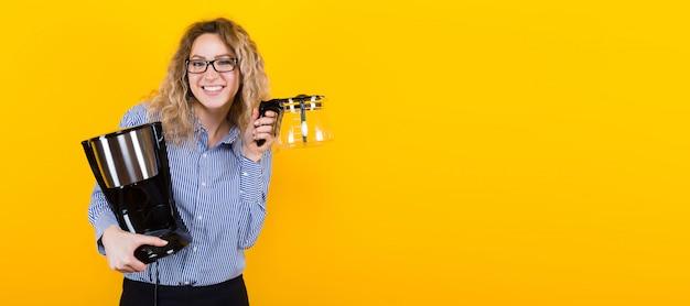 Mulher de camisa com máquina de café