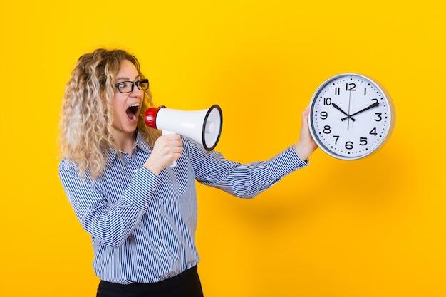 Mulher de camisa com relógios e alto-falante